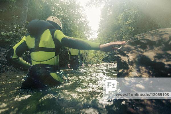 Deutschland  Bayern  Allgäu  junges Paar Canyoning im Ostertal
