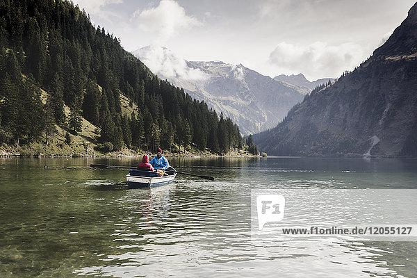 Österreich,  Tirol,  Alpen,  Paar im Ruderboot auf dem Bergsee