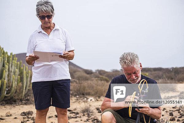 Spanien  Teneriffa  Seniorenpaar mit Drohne und Anleitung