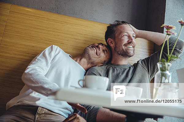 Schwules Paar genießt die gemeinsame Zeit im Cafe