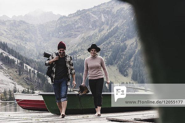 Österreich  Tirol  Alpen  Paarwanderung am Bergsee