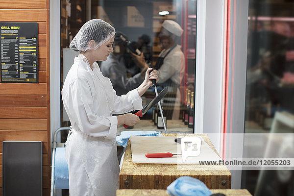 Frau im Metzgermesser