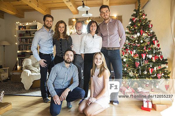 Porträt der Familie am Weihnachtsbaum
