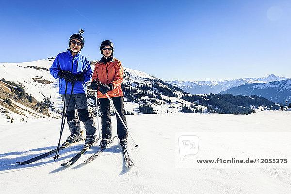 Österreich  Damuels  Paar mit Action-Cam Skifahren in Winterlandschaft
