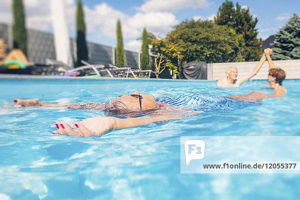 Senioren schwimmen im Schwimmbad