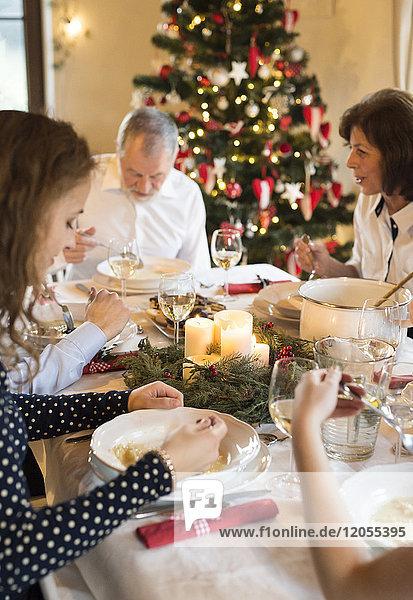 Familienessen am Weihnachtstisch
