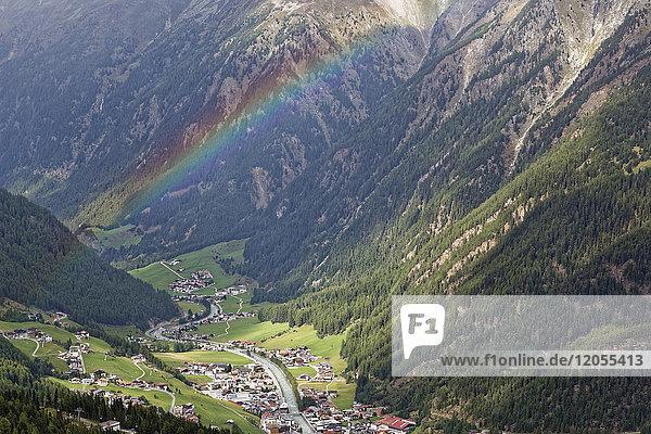 Österreich  Tirol  Ötztal  Regenbogen über Sölden