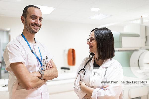 Portrait von zwei lächelnden Ärzten
