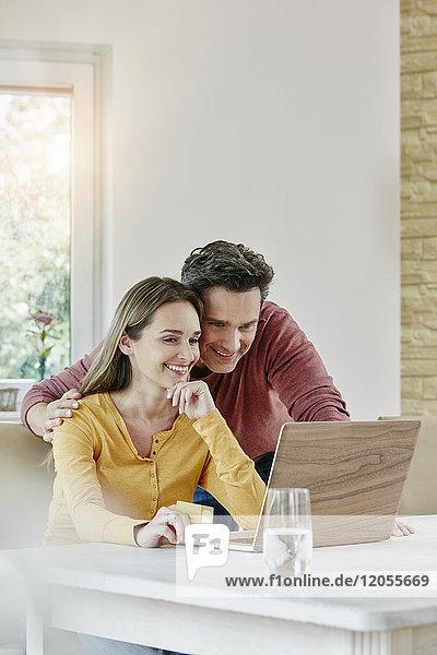 Glückliches Paar beim Online-Shopping