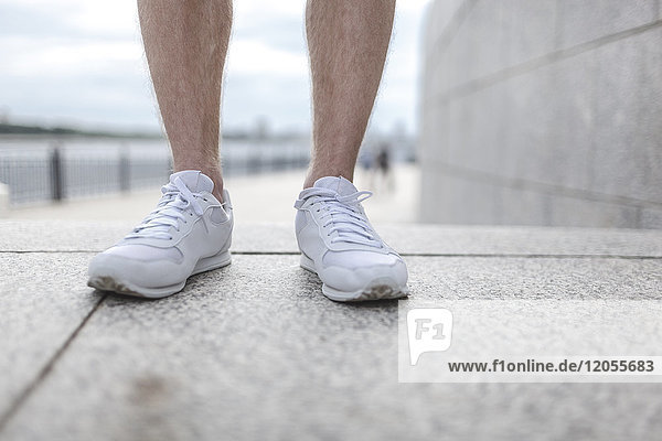 Nahaufnahme eines Mannes mit Laufschuhen