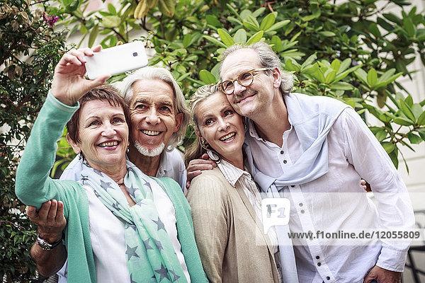 Seniorenfreunde mit einem Selfie im Freien