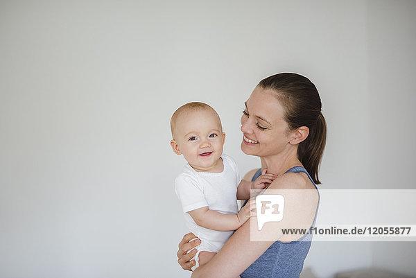 Mutter hält Baby-Mädchen zu Hause