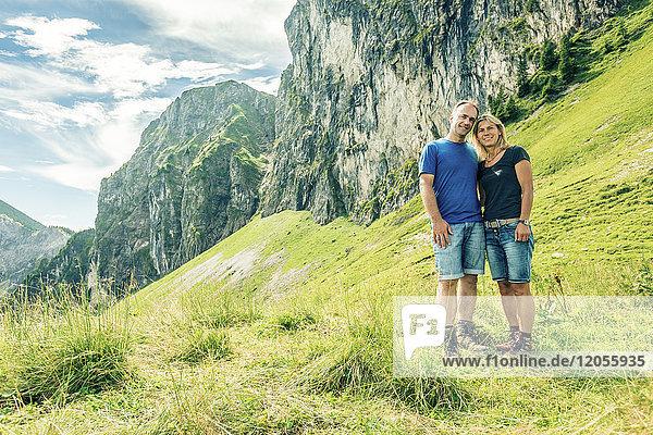 Deutschland  Bayern  Pfronten  Portrait des glücklichen Paares auf der Alm bei Aggenstein