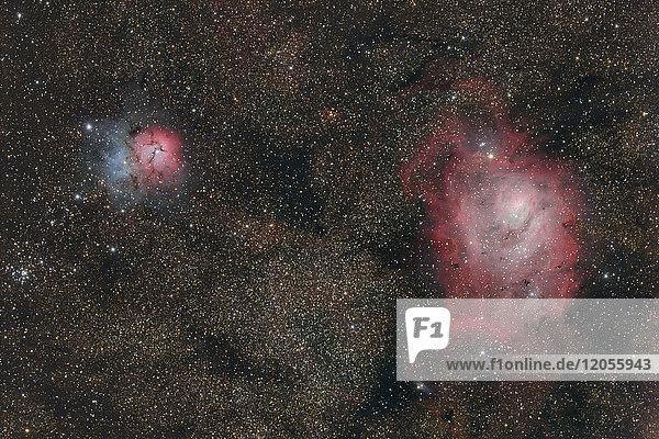 Namibia  Region Khomas  bei Uhlenhorst  Astrofoto des Emissions- und Reflexionsnebels Messier 20 (Trifid-Nebel) und Messier 8 (Lagunennebel) mit einem Teleskop