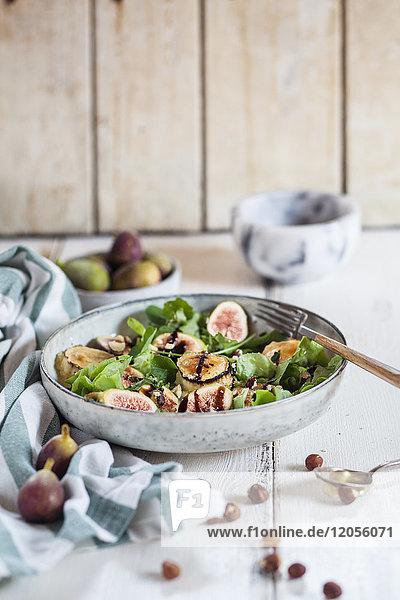 Grüner Salatteller mit Feigen  Crema di Balsamico  Honig-Haselnüssen und gebackenem Ziegenkäse