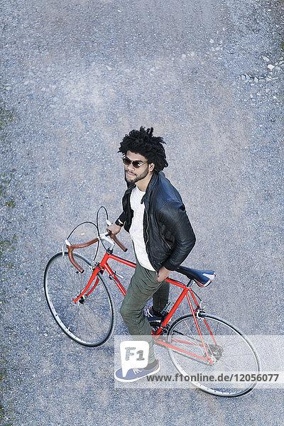 Erhöhter Blick auf den Menschen mit Fahrrad und Sonnenbrille
