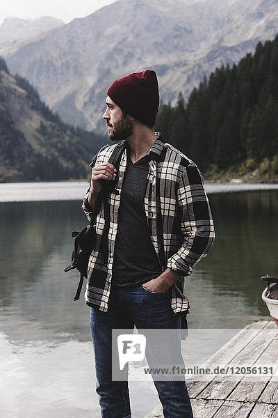 Österreich  Tirol  Alpen  Mann steht am Steg am Bergsee
