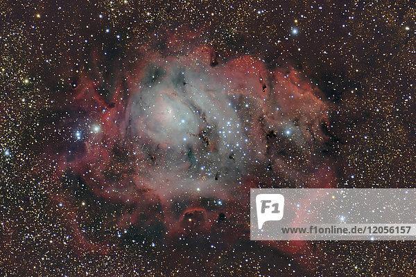 Namibia  Region Khomas  bei Uhlenhorst  Astrofoto von Emissionsnebel und Sternentstehungsregion Messier 8 oder Lagunennebel mit Fernrohr