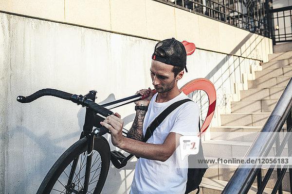 Junger Mann mit Fixie-Bike unten