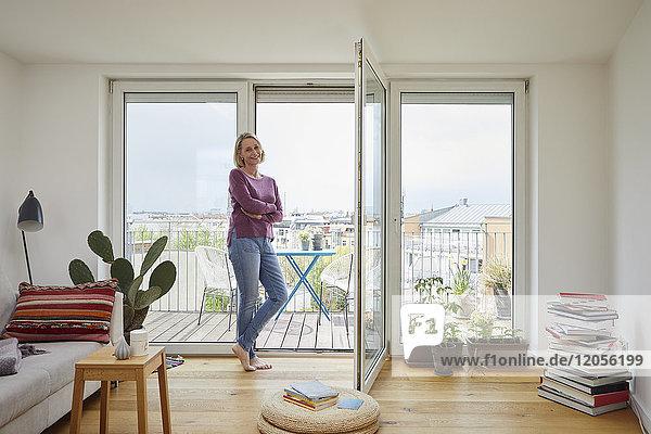 Porträt der lächelnden reifen Frau zu Hause