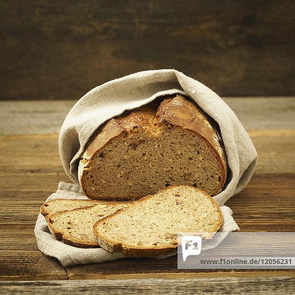 Geschnittenes Brot im Leinentuch