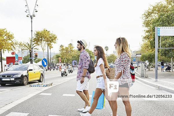 Drei Freunde überqueren eine Straße