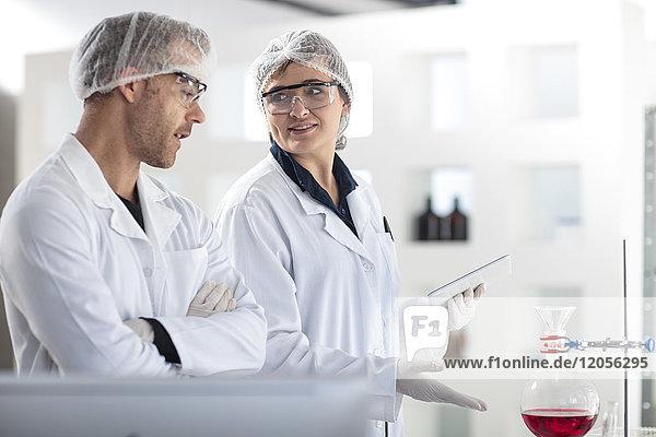 Zwei Wissenschaftler diskutieren im Labor