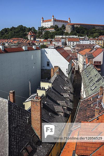 Slowakei  Bratislava  Altstadt  Blick über die Dächer der Häuser zur Burg Bratislava