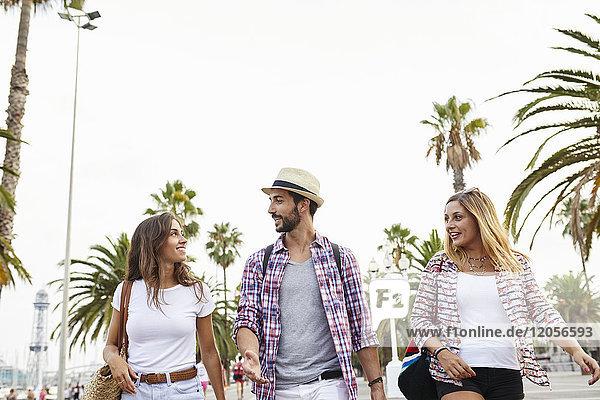 Spanien  Barcelona  drei Touristen zu Fuß in der Stadt