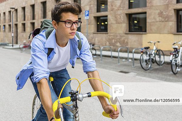 Porträt eines jungen Mannes auf dem Rennrad