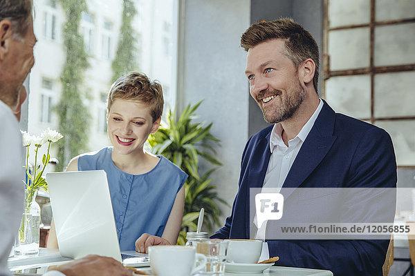 Geschäftsleute bei einem Treffen in einem Café