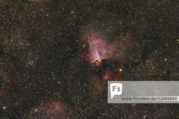 Namibia  Region Khomas  bei Uhlenhorst  Astrofoto des diffusen Emissions- und Reflexionsnebels Omega-Nebel mit Fernrohr