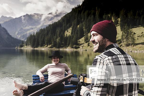 Österreich  Tirol  Alpen  glückliches Paar im Ruderboot auf dem Bergsee