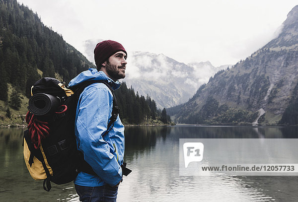 Österreich  Tirol  Alpen  Wanderer am Bergsee