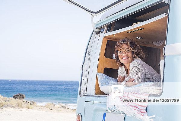 Spanien  Teneriffa  Porträt der glücklichen Frau im Van
