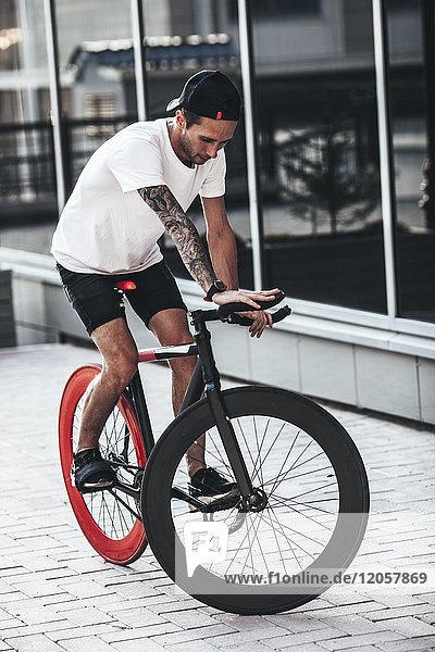 Junger Mann auf Fixie Bike in der Stadt