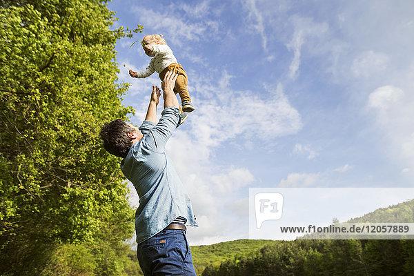 Vater wirft Baby in die Luft