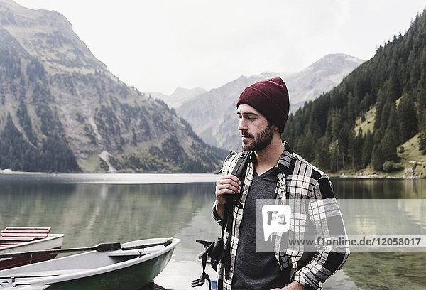 Österreich  Tirol  Alpen  ernster Mann am Bergsee
