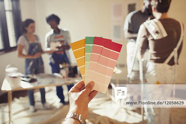 Persönliche Perspektive Freunde betrachten Farbmuster  Malerei Wohnzimmer