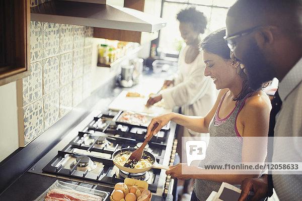Rührei auf dem Herd in der Küche zubereiten
