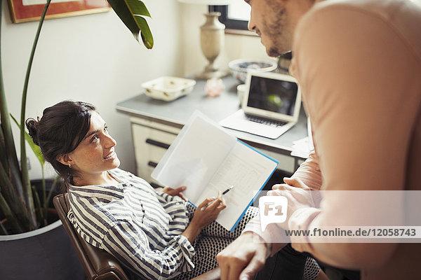 Geschäftsfrau im Gespräch mit Kollegen im Büro