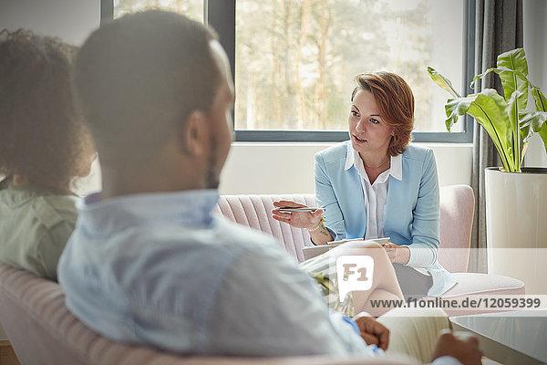 Therapeutin im Gespräch mit dem Paar in der Paartherapie