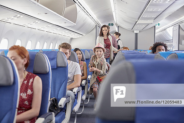 Eifriges Mädchen beim Einsteigen ins Flugzeug