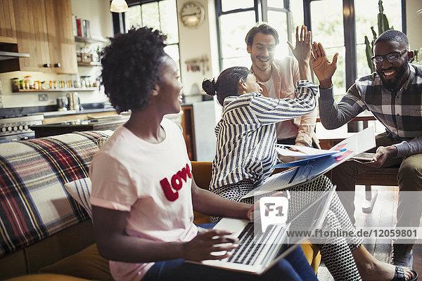 Kreative Geschäftsleute  die im Meeting hoch hinaus wollen.
