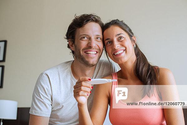 Paar zufrieden mit den Ergebnissen des Schwangerschaftstests