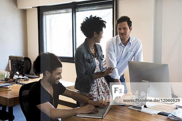 Kollegen chatten im Büro