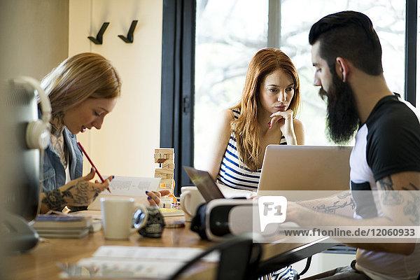 Gruppenarbeit in gemeinsamen Büroräumen