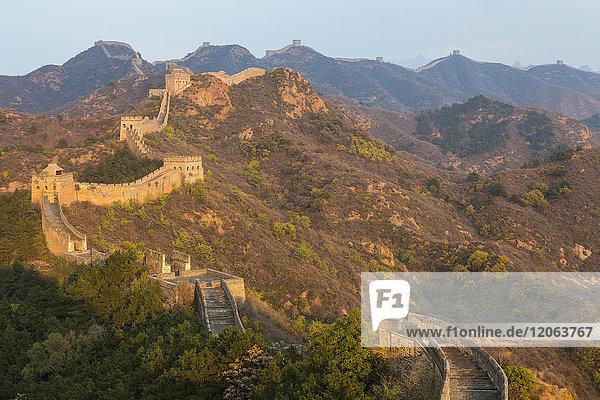 Berglandschaft mit Großer Mauer  Jinshanling  Peking  China.