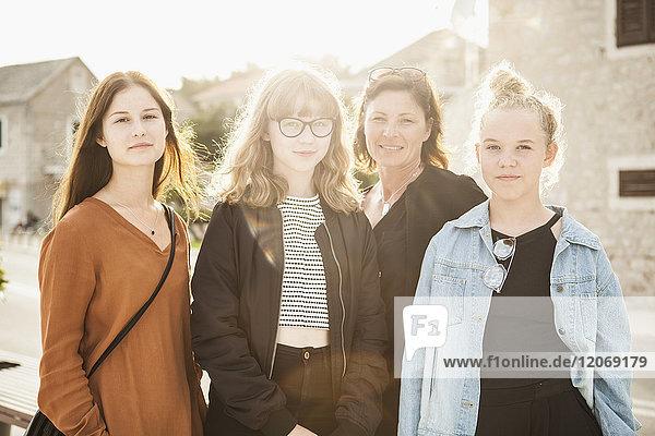 Porträt einer Mutter mit ihren drei Töchtern