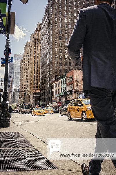 Mann auf dem Bürgersteig in New York City